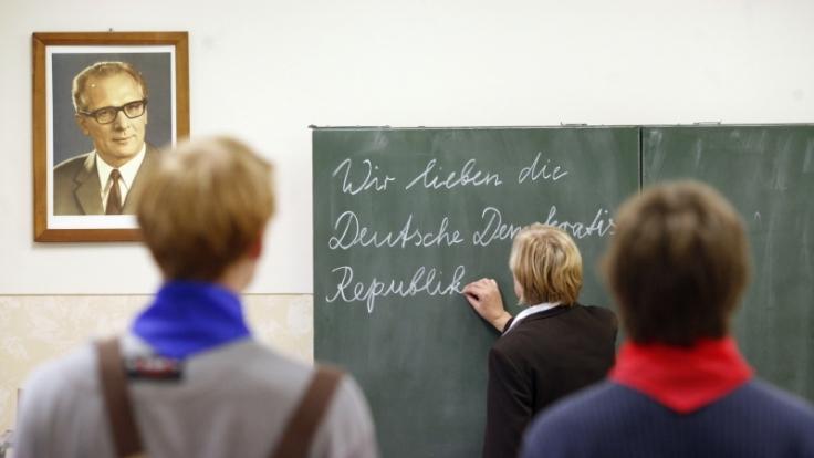 Eine nachgestellte DDR-Schulstunde im Schulmuseum Leipzig. (Foto)